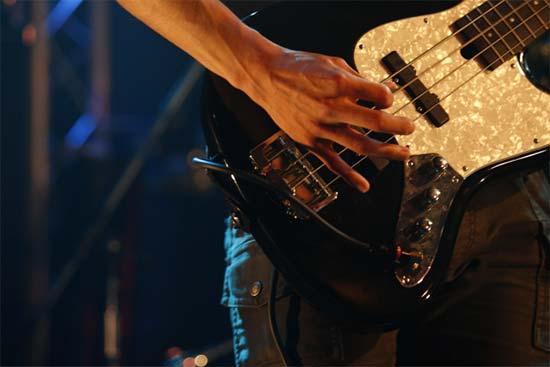 ベースギターを弾く男性
